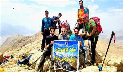 کوهنوردان دانشگاه آزاد اسلامی شهرکرد به قله «کوه سوخته» صعود کردند